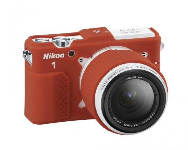Nikon 1 AW1 mit Schutzhülle (Bild: Nikon)