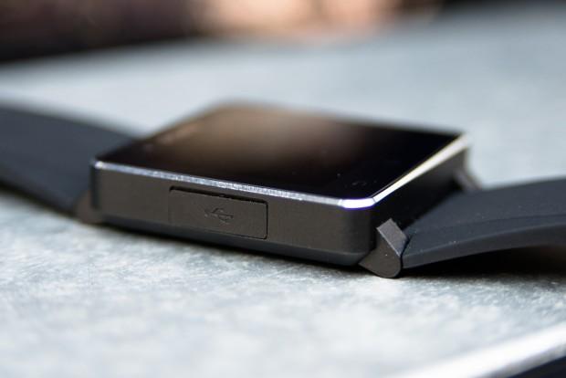 Über einen Micro-USB-Anschluss wird die Uhr geladen. Eine Akkuladung kann bis zu sieben Tage ausreichen. (Bild: Fabian Hamacher/Golem.de)