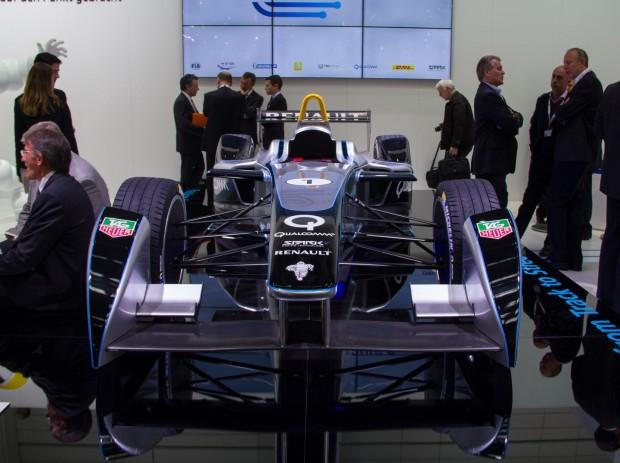 Der Spark-Renault SRT_01E auf der IAA 2013. FIA-Präsident Jean Todt und Alejandro Agag, Chef des Vermarkters FEH, hatten das Auto kurz zuvor enthüllt. (Foto: Werner Pluta/Golem.de)