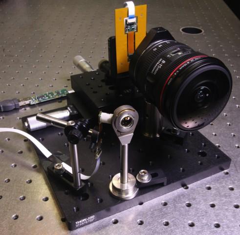Die Kamera mit monozentrischer Linse (l.) neben einem Canon 8-15 mm Fisheye (Bild: UC San Diego Jacobs School of Engineering)