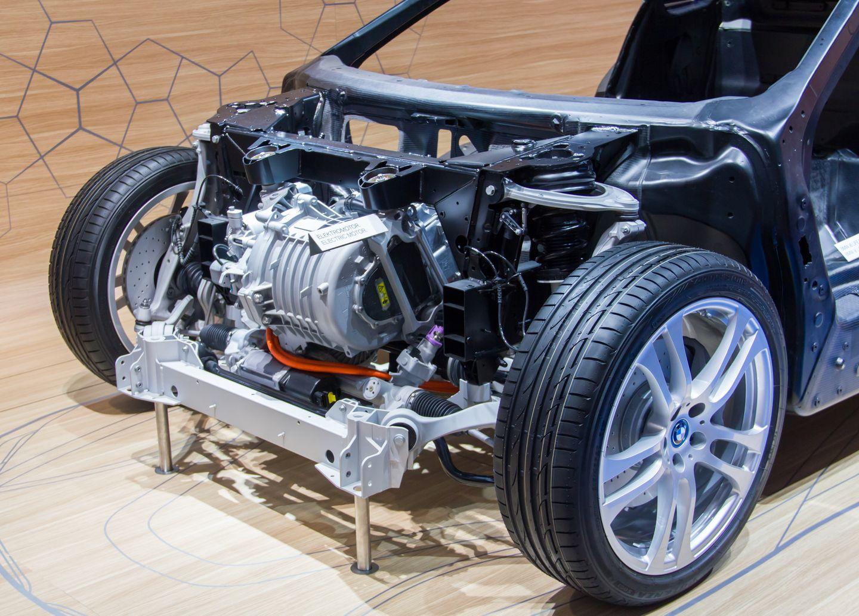 BMW i8: Schicker Hybridsportwagen mit Scherentüren - Der i8 hat zwei Motoren: vorne einen Elektromotor,... (Foto: Werner Pluta/Golem.de)