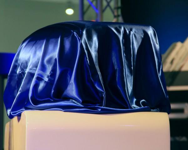 Der 3D-Drucker war zunächst noch verhüllt. (Foto: Werner Pluta/Golem.de)