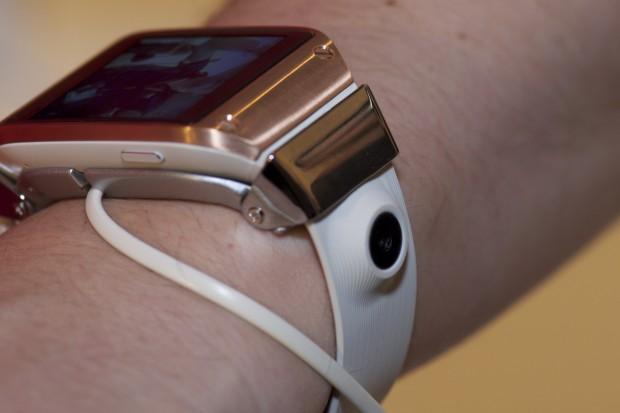 Mit einer im Armband eingebauten Kamera können Schnappschüsse und Videos gemacht werden.