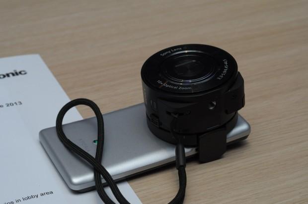 An einem Xperia T sieht die QX10-Kamera seltsam aus. (Foto: Andreas Sebayang/Golem.de)