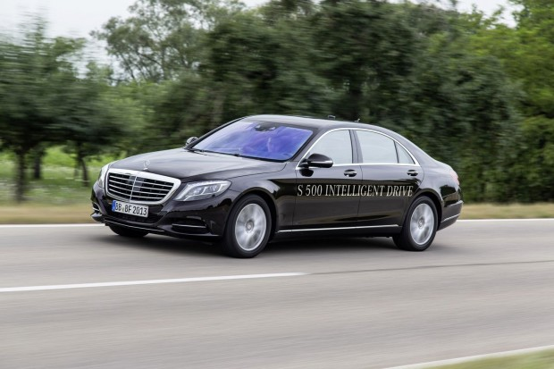 Der Mercedes Benz S 500 Intelligent Drive unterwegs... (Foto: Daimler)