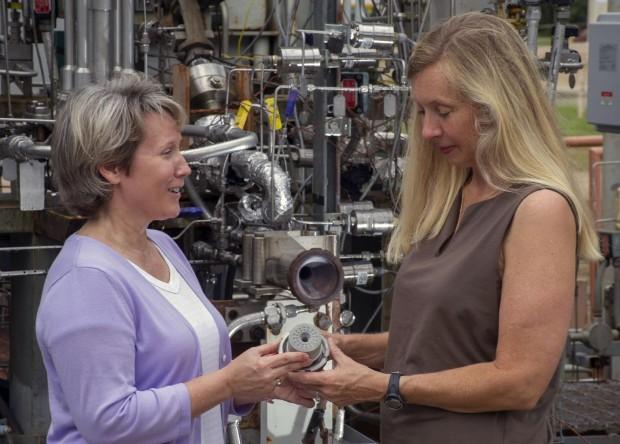 Die Nasa-Technikerinnen Sandra Greene (l.) und Cynthia Sprader halten eine Einspritzdüse für die SLS-Triebwerke. (Foto: Nasa)