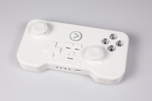 Das Gamepad erinnert von der Form her wenig an einen Xbox- oder Playstation-Controller und liegt eher wie ein Handheld in der Hand. (Bild: Fabian Hamacher/Golem.de)