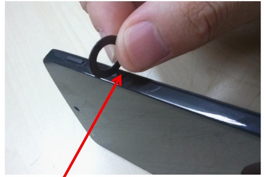 Google-Smartphone: Nexus 5 soll mit LTE und Bildstabilisator kommen - Die SIM-Karte wird seitlich in einen Steckplatz geschoben. (Bild: LG/Screenshot: Golem.de)