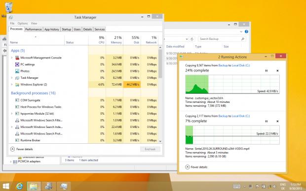 Desktopprogramme wurden nicht noch einmal einem zusätzlichen Design unterworfen. Diese beiden Fenster/Anwendungen sind bereits für Windows 8 aktualisiert worden. (Screenshot: Golem.de)
