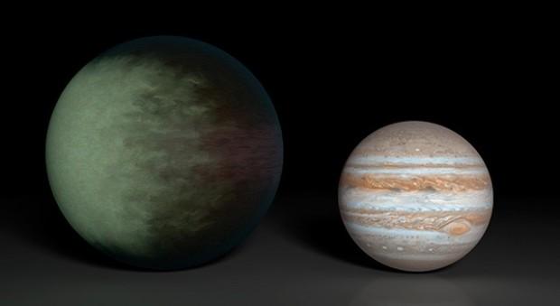 Kepler 7b (l.) ist  etwa anderthalb mal so groß wie der Jupiter (r.), hat aber nicht einmal die Hälfte von dessen Masse. (Bild: Nasa/JPL-Caltech/MIT)