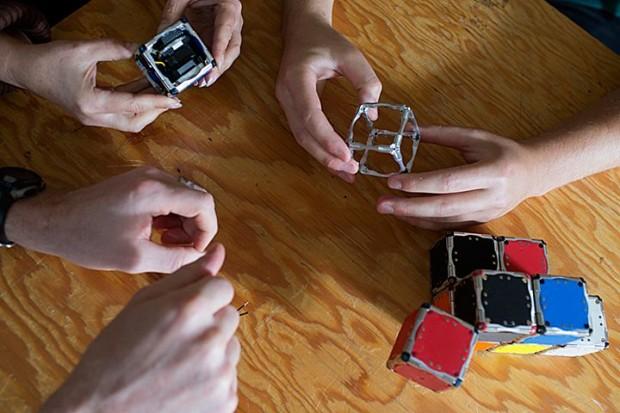 Die M-Blocks sind magnetisch und verbinden sich zu Strukturen. (Foto: M. Scott Brauer/MIT)
