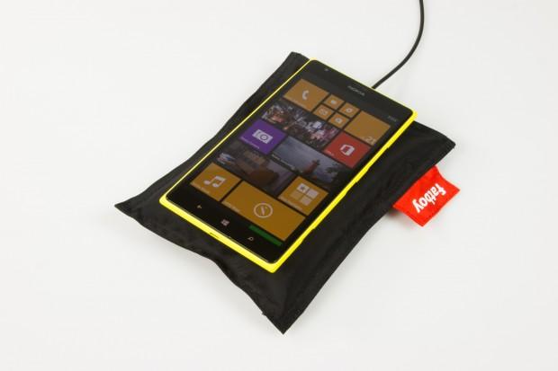 Das Lumia 1520 kann drahtlos geladen werden, die dazu benötigte Technik ist direkt im Smartphone untergebracht. (Bild: Tobias Költzsch/Golem.de)