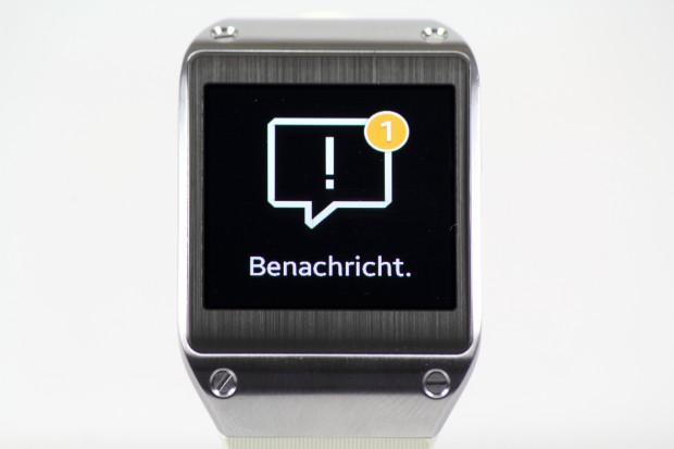 Auf der Uhr kann sich der Nutzer Benachrichtigungen des verbundenen Smartphones anzeigen lassen. (Bild: Tobias Költzsch/Golem.de)