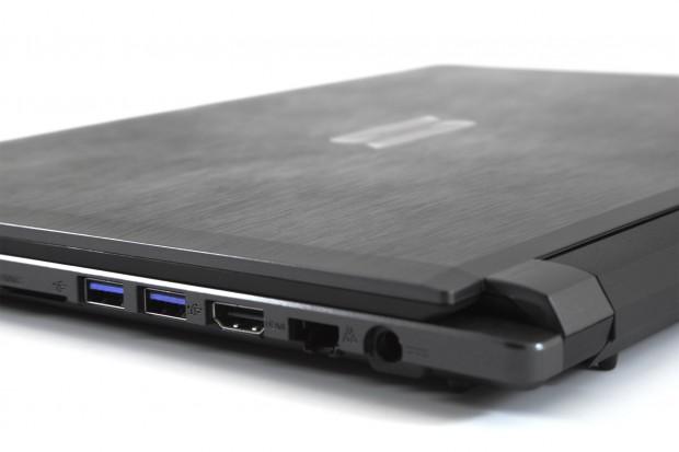 Auf der rechten Seite befinden sich die beiden USB-3.0-Ports, der Kartenleser, der HDMI-Ausgang und der Netzwerkanschluss. (Schenker)