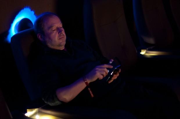 ...des Redakteurs auf das Smartphone geeignet. Der Kinobetreiber will allerdings mit Aufpassern Telefonate verhindern. (Foto: Andreas Sebayang/Golem.de)