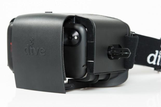 Die Durovis Dive mit eingeschobenem Smartphone (Bild: Tobias Költzsch/Golem.de)