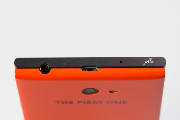 Der Rückdeckel des Jolla-Smartphones kann abgenommen und ausgetauscht werden. (Bild: Fabian Hamacher/Golem.de)