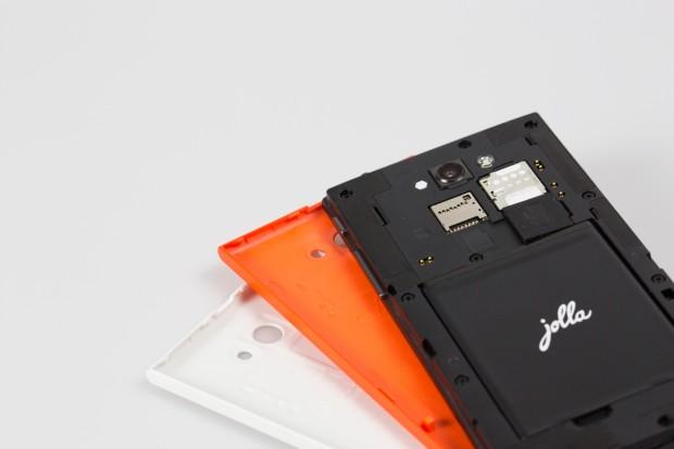 Die erste Ausgabe des Jolla-Smartphones wurde mit zwei Wechselcovern ausgeliefert. (Bild: Fabian Hamacher/Golem.de)