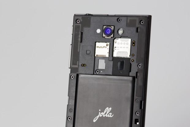 Der Akku des Jolla-Smartphones ist wechselbar. (Bild: Fabian Hamacher/Golem.de)