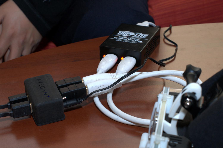 Avegant Glyph ausprobiert: Netzhaut-Projektion trifft Trommelfell-Beschallung - Bild- und Tonsignal werden per HDMI eingespeist. (Bild: Andreas Sebayang/Golem.de)