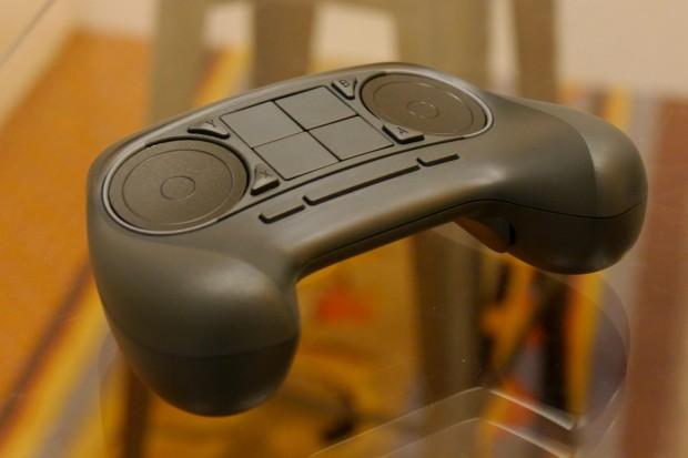 Der Steam Controller verfügt über zwei optisch identische, technisch jedoch unterschiedliche Trackpads. (Bild: Marc Sauter/Golem.de)