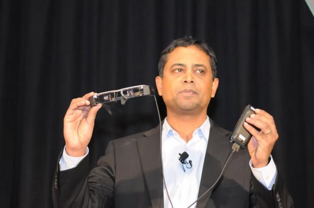 Epsons Datenbrille ist mit einem Kabel an die große Steuerungseinheit angeschlossen. (Foto: Andreas Sebayang/Golem.de)