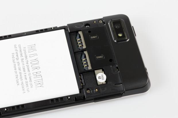 Mit dem Fairphone kann der Nutzer zwei SIM-Karten auf einmal nutzen. Dadurch kann er beispielsweise einen privaten und einen geschäftlichen Anschluss parallel nutzen. (Bild: Tobias Költzsch/Golem.de)