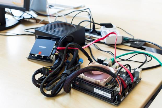 Der offene Testaufbau entstand aus Zeitnot, vorne das Mini-ITX-Board, daneben die Samsung-SSD und das Gold-Netzteil. (Bild: Tobias Költzsch/Golem.de)