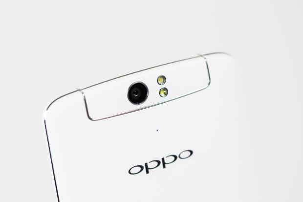 Die Kamera des Smartphones hat 13 Megapixel und zwei Fotolichter - ein normales und ein schwächeres mit Diffusor für Selbstportraits. (Bild: Tobias Költzsch/Golem.de)