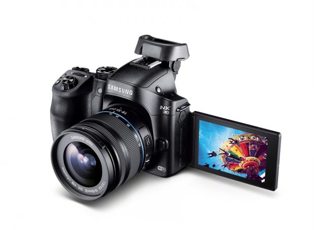 Samsung NX30 mit zwei klappbaren Bildschirmen (Bild: Samsung)