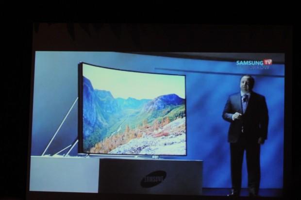 Der gebogene 105-Zöller ist der bisher größte UHD-TV. (Stream: Samsung, Fotos: Nico Ernst/Golem.de)