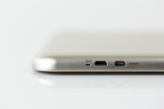 Links verbaut Toshiba einen Micro-HDMI-Ausgang und einen Micro-USB-2.0-Port. Letzterer dient auch als Ladeanschluss. (Bild: Tobias Költzsch/Golem.de)