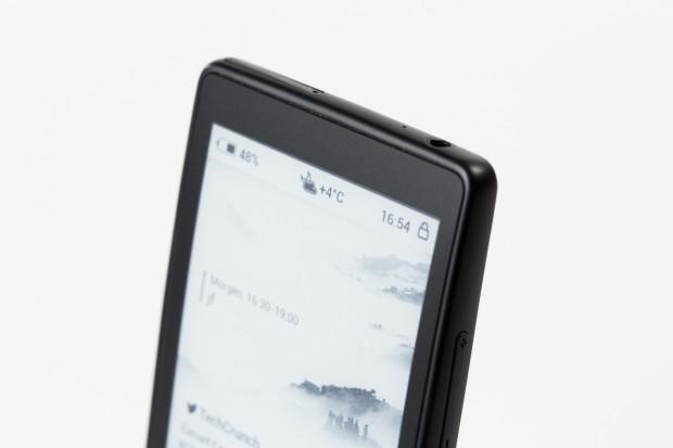 Auf dem zweiten Display kann der Nutzer Informationen anzeigen lassen, ohne den Hauptbildschirm anzuschalten. (Bild: Tobias Költzsch/Golem.de)