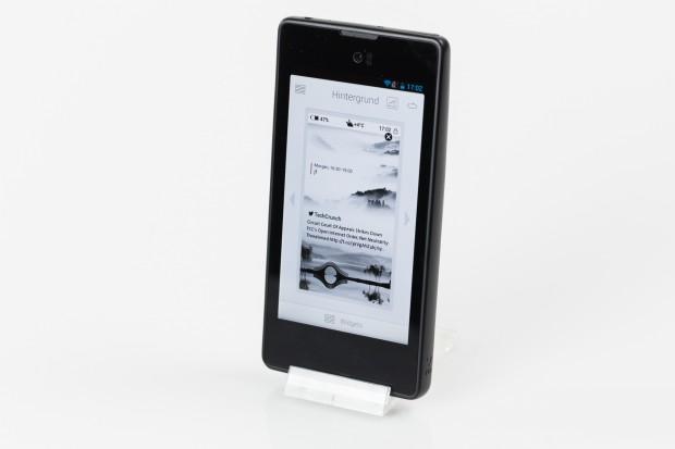 Über verschiedene Apps lässt sich das rückseitige Display ansteuern - hier die Konfigurations-App des Hintergrund-Bildes. (Bild: Tobias Költzsch/Golem.de)