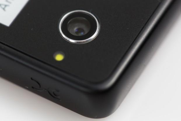 Die Kamera hat 13 Megapixel, Autofokus und ein kleines LED-Fotolicht. (Bild: Tobias Költzsch/Golem.de)