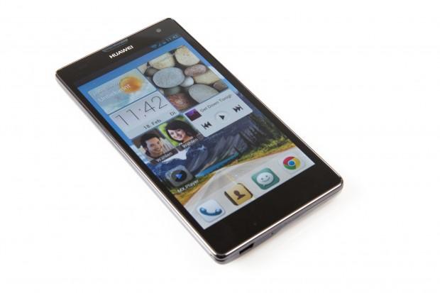 Das Smartphone hat ein 5 Zoll großes Display und unterstützt LTE. (Bild: Tobias Költzsch/Golem.de)