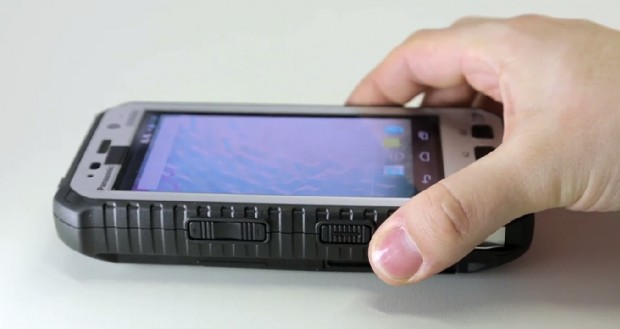 Das Smartphone ist deutlich größer und dicker als herkömmliche 5-Zoll-Geräte. (Bild: Fabian Hamacher/Golem.de)