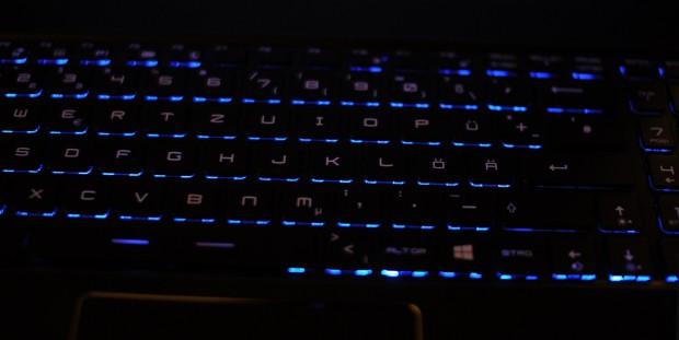 Die Tastaturbeleuchtung strahlt blau durch. (Foto: Nico Ernst)