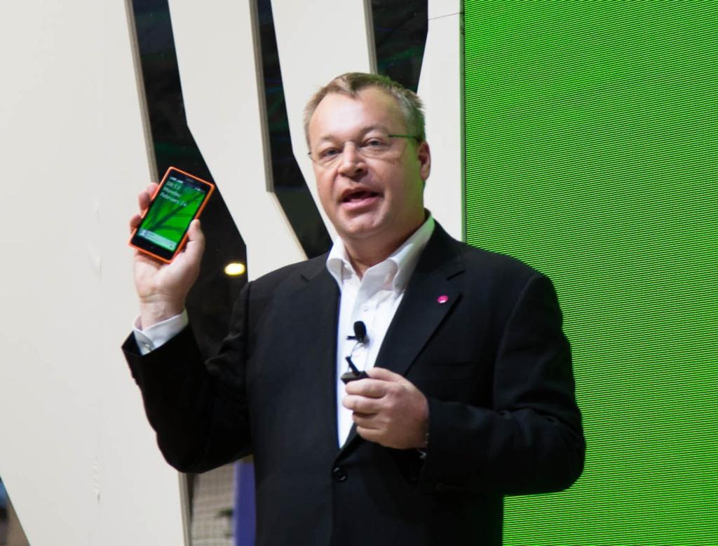 Android ohne Google: Nokia X bei Händlern in Deutschland verfügbar - Nokia-Chef Stephen Elop zeigt das Nokia X. (Bild: Fabian Hamacher/Golem.de)