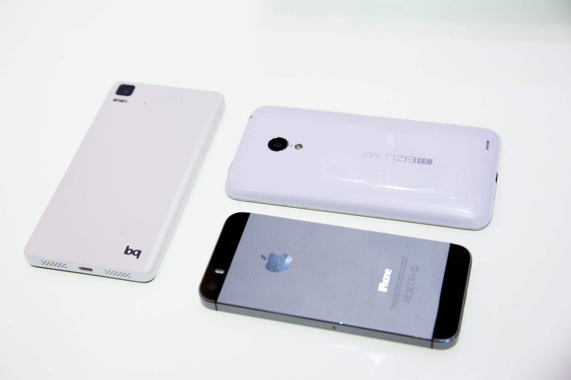Canonical: Erste funktionsfähige Ubuntu-Smartphones vorgestellt - Das Aquaris von BQ (l.) und das MX3 von Meizu (oben) neben einem iPhone 5s (Bilder: Fabian Hamacher/Golem.de)