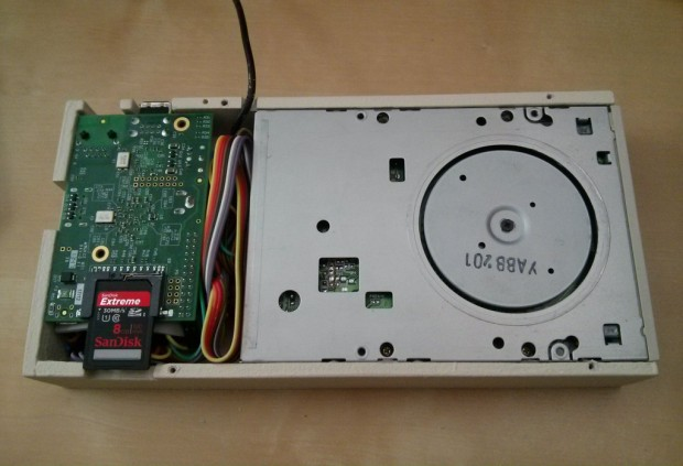 Links ein Raspberry Pi mit Floppy-Controller, rechts das Laufwerk (Bild: Indiegogo)