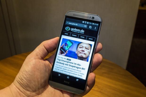 Das Smartphone liegt gut in der Hand und fühlt sich hochwertig an. (Bild: Tobias Költzsch/Golem.de)