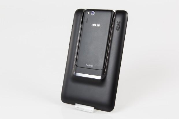 Wie bei vorigen Modellen wird das Smartphone auf der Rückseite in das Tablet-Dock geschoben. (Bild: Tobias Költzsch/Golem.de)