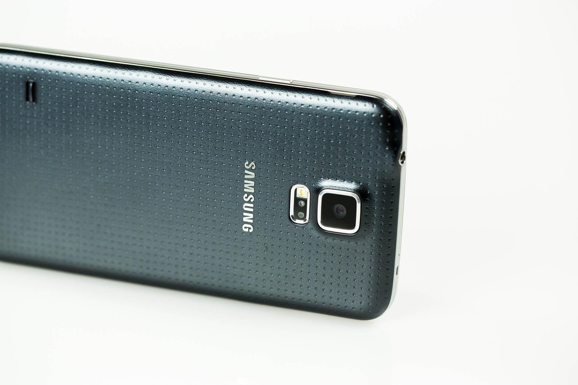 Galaxy S5 im Test: Smartphone mit Finger-nicht-immer-Erkennung - Unterhalb der Kamera befinden sich der Pulsfrequenzmesser, das LED-Fotolicht und der Autofokussensor. (Bild: Fabian Hamacher/Golem.de)