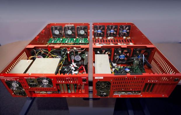 Storage Pod 3.0 (l., mit zwei Netzteilen) neben Storage Pod 4.0 mit nur noch einem Netzteil (Bild: Backblaze)