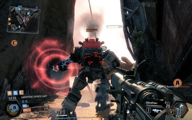Nach vorne verteidigt sich ein gegnerischer Titan per Schutzschild - wir greifen deshalb von hinten an. (Screenshot: Golem.de)