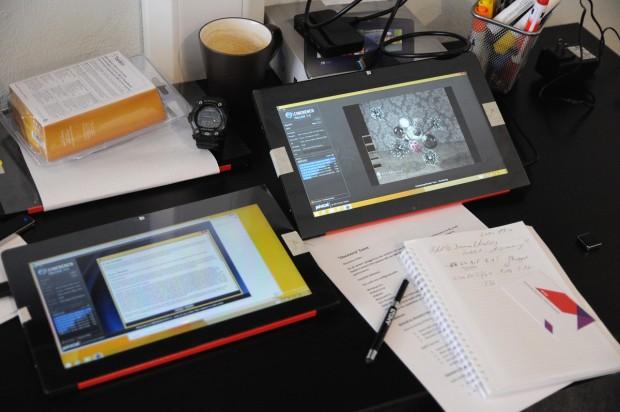 Diese beiden Tablets, eins per Akku, eins per Netz, wurden vermessen. (Foto: Nico Ernst/Golem.de)