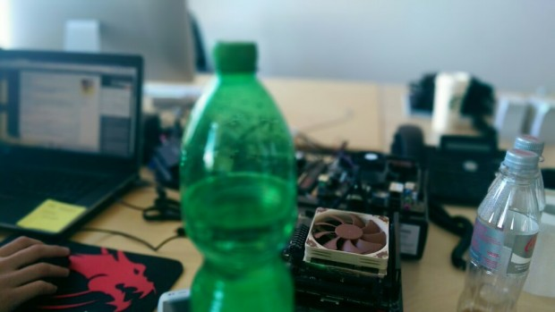 Bei diesem Bild haben wir die Schärfe während der Aufnahme auf der Flasche gehabt, im Nachhinein wurde sie auf den Lüfter gelegt. (Bild: Tobias Költzsch/Golem.de)