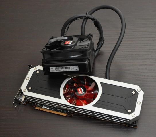 Die Radeon R9 295X2 mit fest angeschlossenem Radiator. (Foto: Nico Ernst)