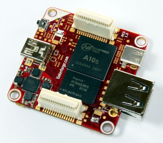 Prototyp-Platine mit einigen darauf gelegten, aber noch nicht verlöteten Bauelementen wie dem Prozessor und dem RAM (Bild: Tinkerforge)